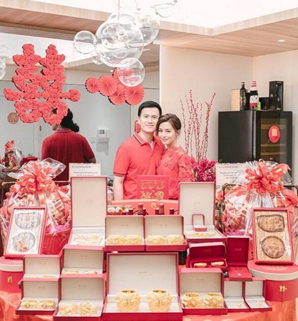 文咏珊过大礼 与未婚夫吴启楠均身穿喜庆的大红色服饰