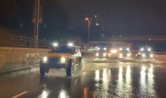 沈阳傍晚多处汽车熄火 仙洋仙女组织4×4奔驰大G车队义务拖车