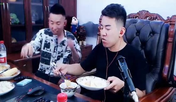 神豪平生放话一个饺子一组礼物 舞帝利哥在吃下30个后终于吃不下了