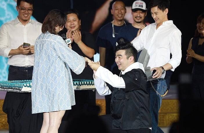 《长安十二时辰》总制片人梁超现场求婚奥运冠军何雯娜