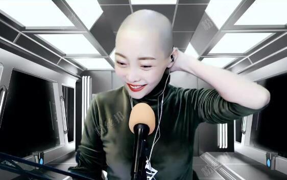 舞帝魏佳艺不能出门,自己剃头发,结果不小心剃成了光头
