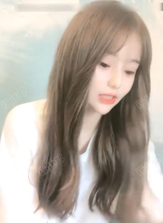 """超清纯美女主播表演""""闪现"""",清纯可爱长得很像一位明星"""
