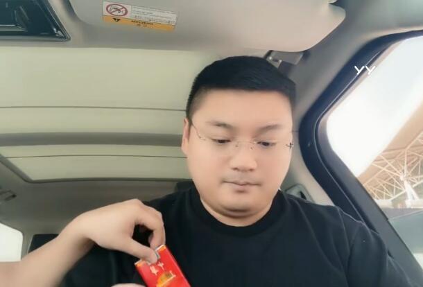 李先生连夜奔赴广州,前往YY总部大楼谈事儿,粉丝猜测为了年度?