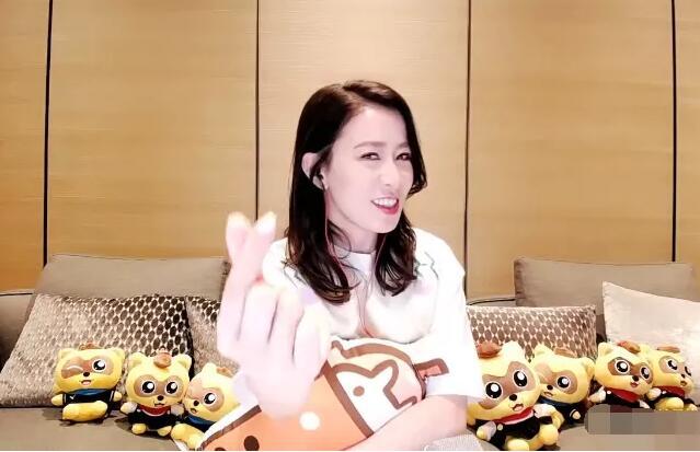 """佘诗曼做客YY直播大明星,分享《燕云台》花絮,比""""心""""点赞太平王"""