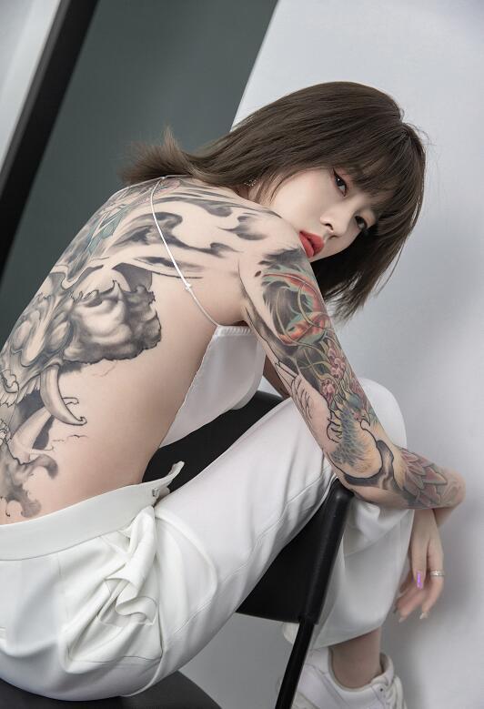 YY国民初恋涵大尺度露背纹身照,初恋涵超美纹身全身图片欣赏