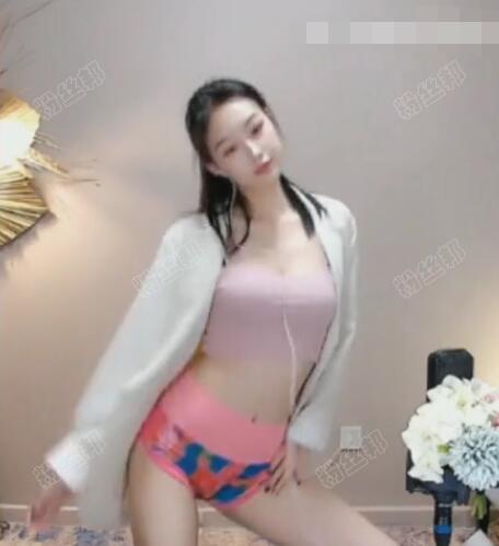 """你这裤子挺""""喜庆""""啊,女主播被误解穿内裤直播,解释是运动短裤"""