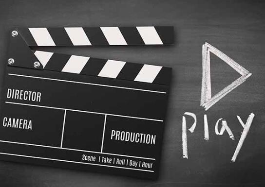 抖音短视频剧本案例,男人谈完项目在办公室签合同