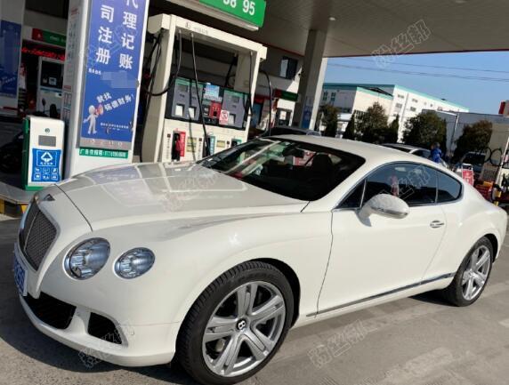秀完钻戒秀豪车,YY女主播晓晓和C哥奔现后,突然收到新款宾利SUV