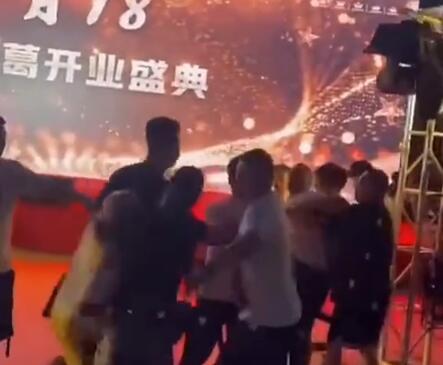 聚众斗殴:快手太原老葛活动浩南被打受伤,突袭者逃跑