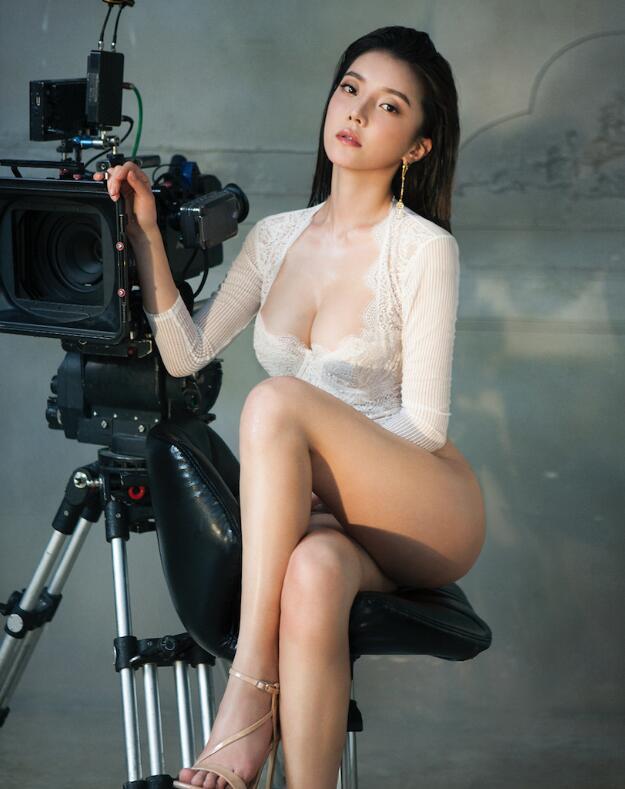 崔阿扎《男人装》杂志封面写真 彰显性感唯美冷酷御姐范儿