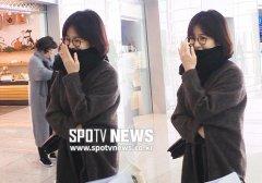 宋慧乔被传离婚后独自现身机场 左手无名指不见婚戒