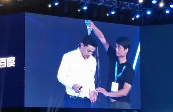 百度AI大会李彦宏被泼水事件 泼水者为何会泼水其真实身份是谁